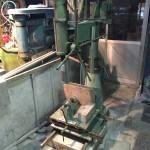 石屋にある機械。穴あけ機