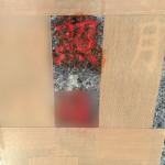 多摩区中野島の寺院墓地で初めての作業。石塔の施主名の赤色を落とす