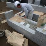 川崎市 墓所外柵の据付工事、雑草対策も忘れずに。