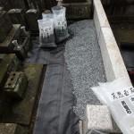狛江市の寺院墓地 化粧砂利の敷き込みに行ってきました