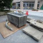 多摩区登戸 丸山教本庁で手水盤の移動作業。