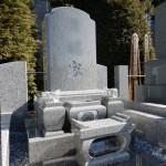 位牌型とか縦洋型とか。先日作業しておいた外柵に、石塔を建立してきました。川崎市多摩区の寺院墓地