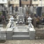 川崎市多摩区 寺院墓地で墓地リフォーム。墓石据え直しと丸墓前灯籠一対の建立が完了しました。