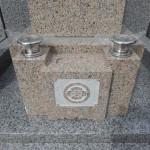 万成石8寸角標準型の石塔が建ちあがりました。川崎市多摩区の寺院墓地。