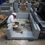 大谷石から御影石へ。リフォーム工事が進行中。川崎市多摩区の寺院墓地