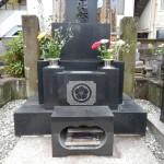 狛江市の寺院墓地で花筒交換。こちらは落とし込み型です。