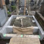 雨の日は障りのない現場作業限定で。狛江市の墓地外柵リフォーム現場。