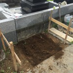 多摩区登戸のお墓で基礎工事にかかりました。