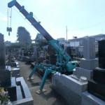 好天のもと石塔の建立です。川崎市多摩区の寺院墓地。