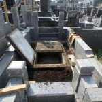 石塔建立に向け、外柵内の雑草対策に。川崎市多摩区の寺院墓地