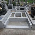 川崎市麻生区 寺院墓地でお墓の外柵を据付け中です