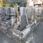 崩れかけた古い外柵とその対応策。川崎市多摩区の寺院墓地にて