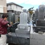 多摩区の寺院墓地でお墓のクリーニング作業!