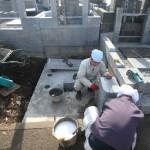 川崎市麻生区の墓地で外柵の据付工事中です