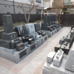 お寺にお墓を構えるメリットについて考える。川崎市多摩区の寺院墓地にて。