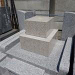 川崎市多摩区の寺院墓地で、外柵の完工と石塔の据付け作業。完成にもう一息です。