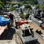 斜面でのお墓工事は、なかなか手間がかかります。稲城市の寺院墓地