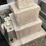登戸の寺院墓地にて万成石の石塔クリーニング作業。