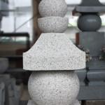 磨かない石の魅力とは。叩き仕上げ五輪塔、川崎登戸に展示中です