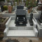 東京・日野市営墓地で洋型石塔と外柵の工事を行いました。